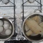 Ferventando o Bacalhau e cozinhando os ovos