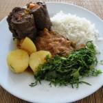 Servindo o bife rolê com arroz, tutu e couve