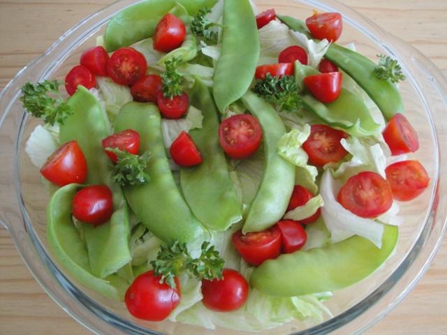 Salada de alface, ervilhas e tomatinho