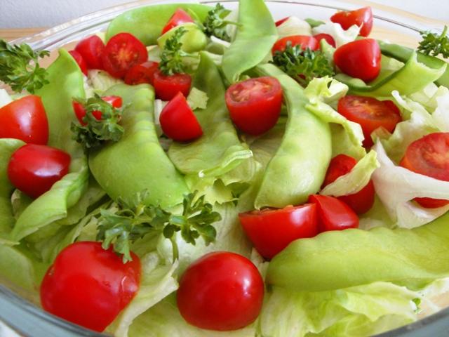 salada de alface ervilha e tomatinho