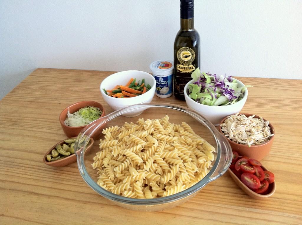 Salada de macarrão - todos ingredientes