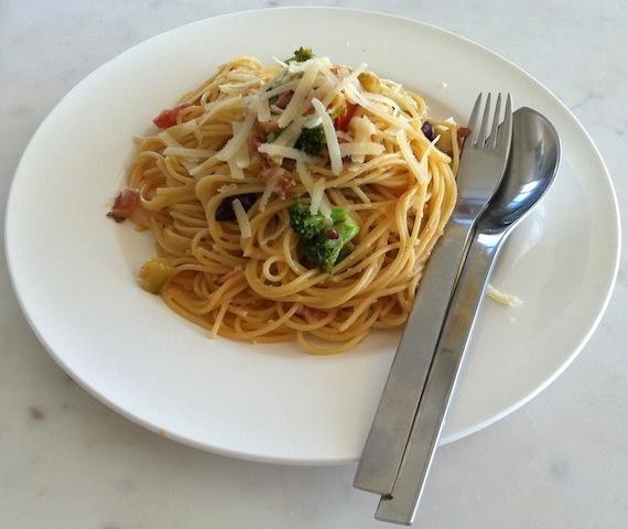 Espaguete com brócolis abobrinha e bacon