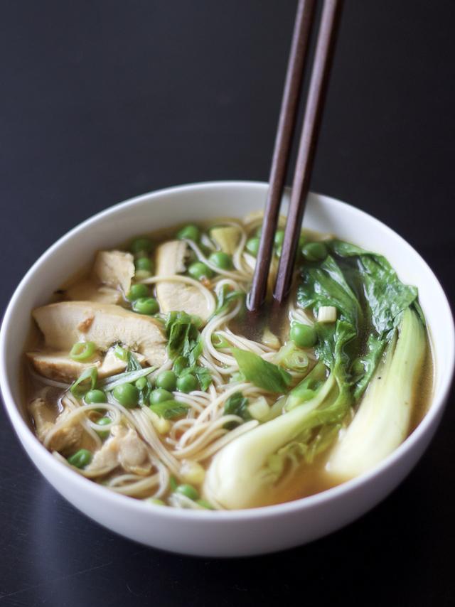 Para aquecer o frio do inverno: Sopa de frango, macarrão e legumes