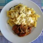 Massa e frango grelhado para o almoço