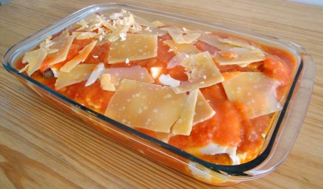 Preparo dos bifes com molho e queijo