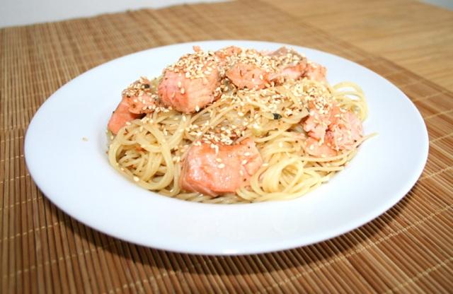 Espaguete com salmão e gersal